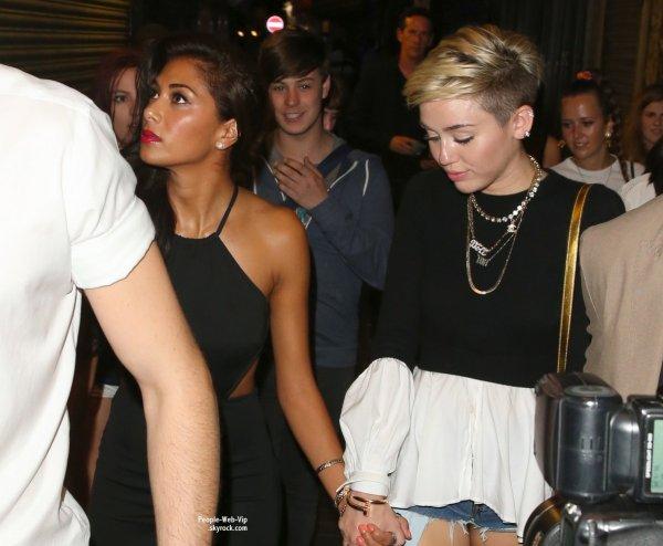 Miley Cyrus et Nicole Scherzinger se tiennent la main, tout en quittant une boîte de nuit londonienne passée ensemble  ( samedi (20 Juillet) à Londres, en Angleterre.)