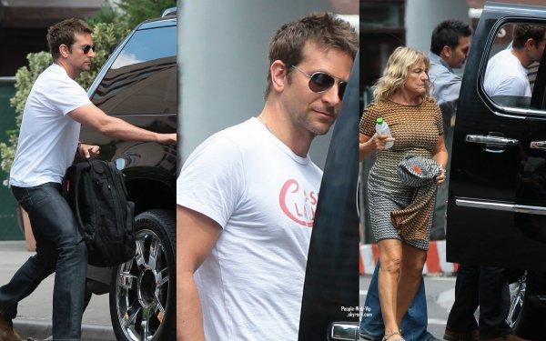 Bradley Cooper et Irmelin, la mère de Leonardo DiCaprio (son meilleur ami) aperçus dans les rues de NY (samedi après-midi (17 Août) à New York.)