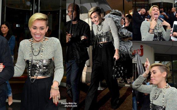Elle est à Paris ! Miley Cyrus aperçue quittant les studio de la radio NRJ ( lundi matin (9 Septembre) à Paris, France.)