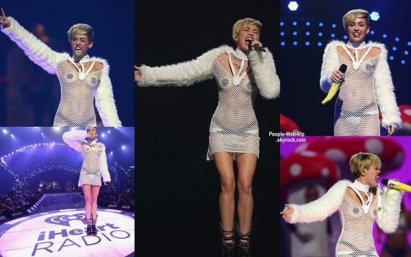 Miley Cyrus donnait un concert au IHeart Radio Festival 2013. Dans une tenue ......  ( samedi soir (21 Septembre ) au MGM Grand Garden Arena à Las Vegas , Nevada)