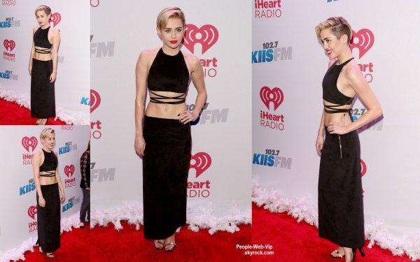 MILEY TWERK AVEC SANTA !  Miley Cyrus aperçue dans une robe élégante sur le tapis rouge des Jingle Ball de 102,7 KIIS -FM 2013 (au Staples Center vendredi (6 Décembre ) à Los Angeles)