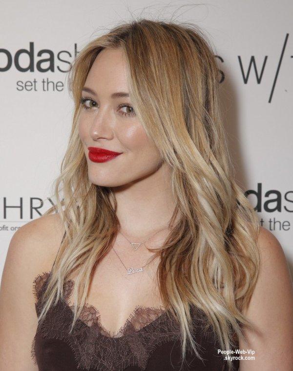 Hilary Duff pose avec  sa s½ur aînée, Haylie, à la soirée de shopping et de cocktails au Switch Boutique's Holiday Party ( samedi (14 Décembre) à Los Angeles.)