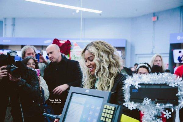 Beyonce chez Walmart .. Au calme. Queen Bee  est allée faire une surprise aux clients d'un supermarché et leur a offert $37 000 de cartes cadeaux ! (vendredi (20 Décembre) à Tewksbury, Massachusetts)