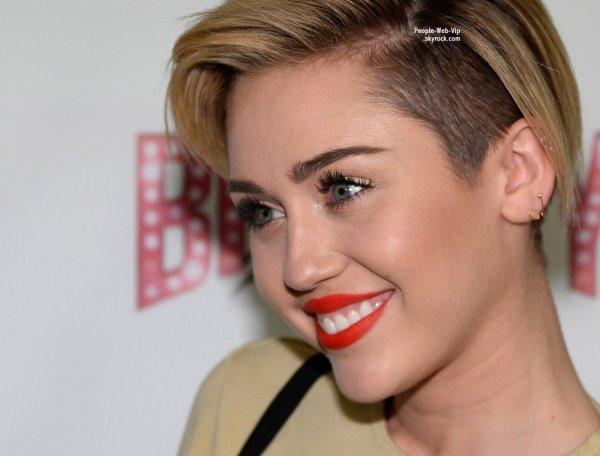 """RUMEUR : Miley Cyrus serait en couple avec l'acteur Kellan Lutz du film Twilight !  Miley Cyrus aperçue au show de Britney à Vegas """"Britney Spears : Piece of Me"""" ( au Planet Hollywood Resort & Casino , le vendredi (27 Décembre ) à Las Vegas )"""