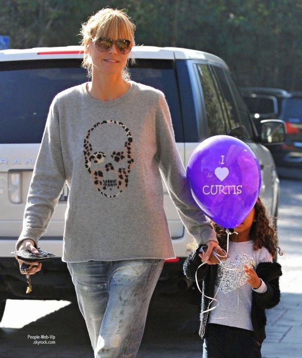 Heidi Klum aperçue avec sa fille de 4 ans, Lou, après un arrêt chez Starbucks Coffee en Californie. (samedi matin (11 Janvier) à Brentwood, en Californie)