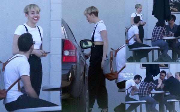 Miley Cyrus aperçue avec une nouvelle coupe de cheveux (coupe au bol?)  en quittant un studio d'enregistrement. (mardi (Janaury 14) à Los Angeles.)