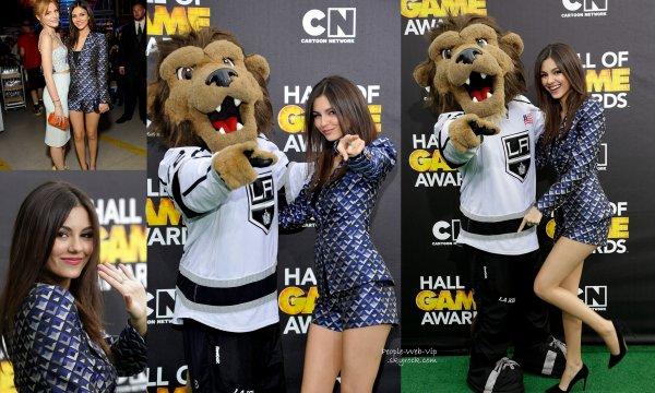 """Bella Thorne et Victoria Justice ont été aperçues sur le tapis vert des """" Cartoon Network Hall of Game Awards 2014"""" (samedi (15 Février) au Barker Hangar à Santa Monica, en Californie)"""