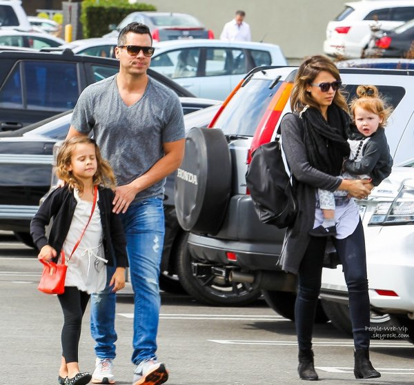 Jessica Alba aperçue avec sa petite famille, ses filles Haven et Honor mais aussi son mari Cash Warren en Californie  (samedi (22 Février ) à Tarzana , en Californie)