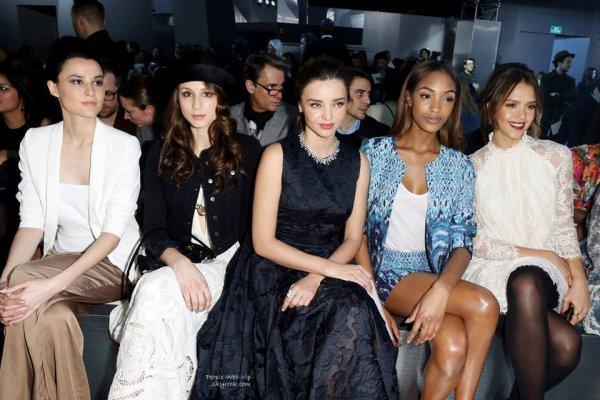 Miranda Kerr, Jessica Alba, Jourdan Dunn, Solange Knowles et Troian Bellisario au premier rang lors du défilé H&M pendant la Fashion Week de Paris ( mercredi ( Février 26) au Grand Palais à Paris , France)