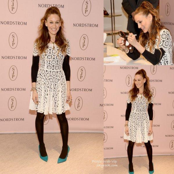 Sarah Jessica Parker pose pour les photographes pendant la promotion de sa collection de chaussures SJP . On aime sa robe ? ( à Nordstrom au Grove jeudi (6 Mars ) à Los Angeles)