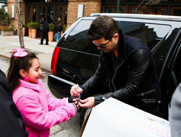 Robin Thicke aperçu avec un grand sourire sans sa bague de mariage tout en discutant avec des jeunes fans prés de son hôtel  (vendredi (7 Mars ) à New York )