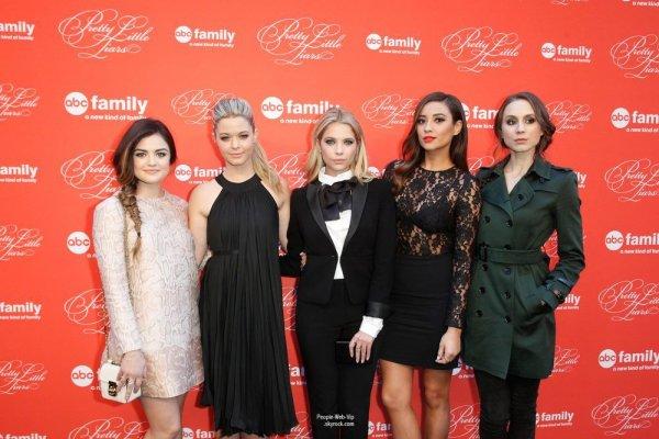 Le cast de Pretty Little Liars s'est retrouvée à New-York pour une énorme soirée à l'occasion du grand final de la saison 4 ! (mardi soir (18 Mars ) au Théâtre Ziegfeld à New York .)