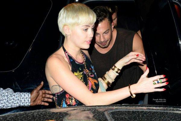 Miley Cyrus en brassière a son arrivée au Cameo Nightclub pour fêter son Bangerz Tour   ( samedi soir (22 Mars ) à Miami , en Floride)