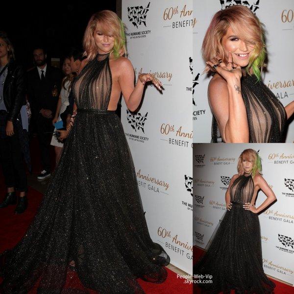 Kesha toute rayonnante pose pour les photographes pour sa première sortie pos-rehab au gala anniversaire de la fondation The Humane Society of the United States, au Beverly Hilton Hotel.   (samedi (29 Mars ) à Beverly Hills , en Californie)