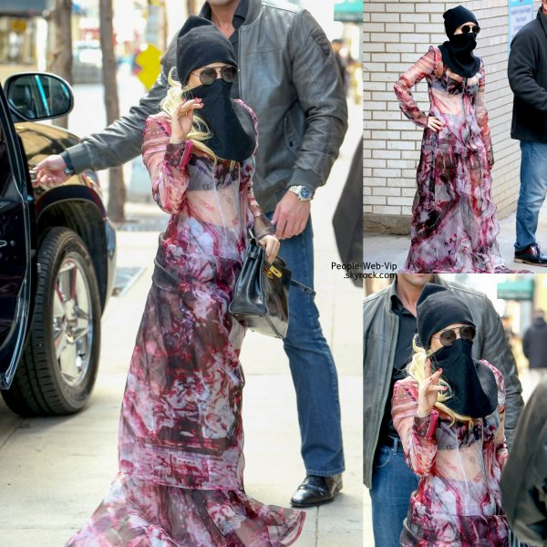 Lady Gaga se couvre de la tête aux pieds, après une visite a l'hôpital. Une tenue .. comment dire ... ! ( samedi après-midi ( Avril 5) à New York .)