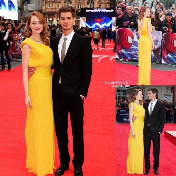"""Emma Stone et Andrew Garfield posent ensemble sur le tapis rouge pendant la première mondiale de leur film  """" The Amazing Spider- Man 2 """" ( à l' Odeon Leicester Square le jeudi (10 Avril ) à Londres , en Angleterre.)[/align"""