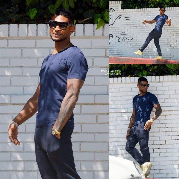 Usher a été aperçu à l'extérieur du Château Marmont posant pour ses fan. (mardi (15 avril ) à West Hollywood , en Californie)