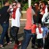 Justin Bieber aperçu prés de son Hôtel, le Four Seasons. Le chanteur canadien de 20 ans a été vu prenant le temps de poser pour des photos avec ses fans. ( mercredi (16 Avril ) à Beverly Hills , en Californie)