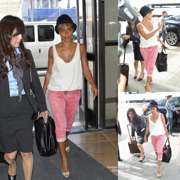 Jada Pinkett Smith a été photographiée a son arrivée à l'aéroport de LAX  (lundi (21 Avril) à Los Angeles. )