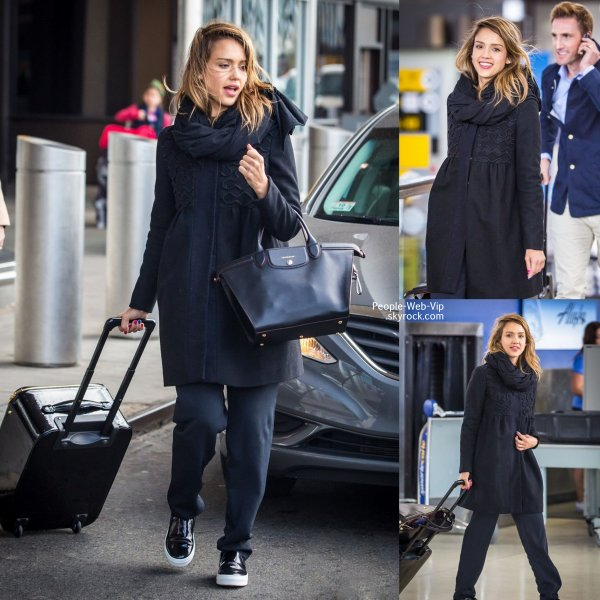 Jessica Alba aperçue avec ses bagages à l'aéroport JFK,  (mercredi (23 Avril) à New York.)