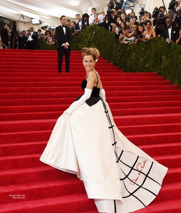 """La rédactrice en chef de Vogue, Anna Wintour, Sarah Jessica Parker, Bradley Cooper, Hailee Steinfeld, le couple Kim Kardashian et Kanye West  photographiée par les paparazzi lors de la cérémonie des """" 2014 Met Gala """" (lundi (5 mai) à New York.)"""