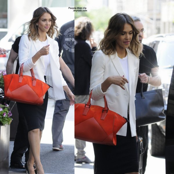 Jessica Alba quitte le Soho Hôtel Trump après une réunion d'affaire. ( jeudi après-midi (29 mai ) à New York .)