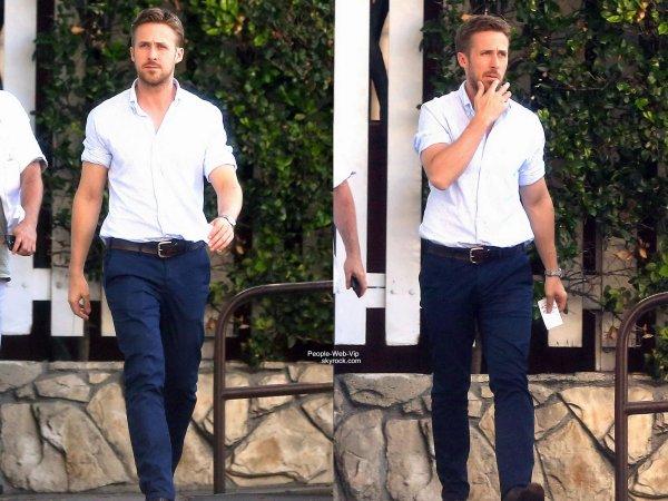 Ryan Gosling,  l'un des hommes les mieux habillés d'Hollywood, a été aperçu dans les rues de Los Angeles avec un ami. (samedi après-midi (31 mai) dans le centre de Los Angeles. )