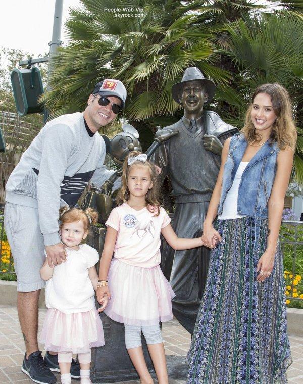 Jessica Alba et sa famille posent avec une statue de bronze de Walt Disney (jeune) et Mickey Mouse à Disney California Adventure a l'occasion du 6ème anniversaire d'Honor, sa fille aînée   (lundi matin (9 Juin) à Anaheim, en Californie)