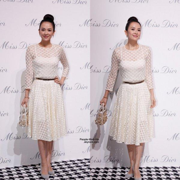 Natalie Portman élégante dans une tenue en blanc pour assister à l'Exposition Miss Dior en Chine. Nathalie a été rejointe par Ziyi Zhang. (jeudi (19 Juin) à Shanghai, en Chine.)