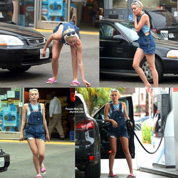 Miley Cyrus a été aperçue dans les rues de Los Angeles à une station d'essence. (mardi après-midi (15 Juillet) à Los Angeles. )