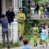 """Katy Perry a été aperçue à Toronto lors d'une visite au village """" Black Creek Pioneer Village """"  avec des amis. Que pensez vous de sa tenue? (dimanche (20 Juillet) à Toronto, Canada. )"""