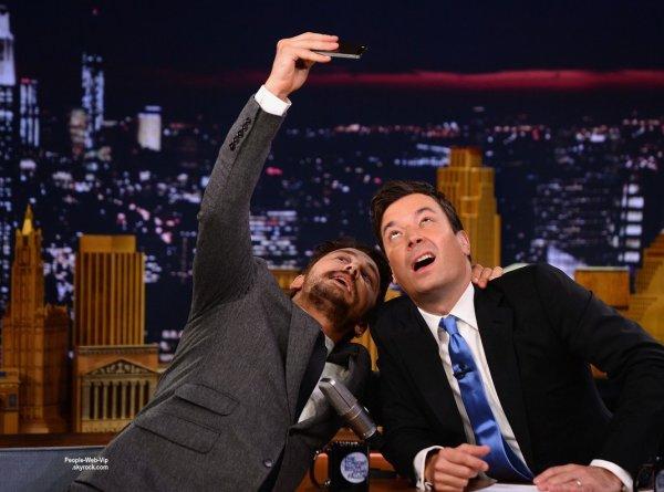 """James Franco se prend en selfie avec Jimmy Fallon lors d'une apparition sur le plateau de """" The Tonight Show Starring Jimmy Fallon """".  L'acteur était sur le plateau pour promouvoir son nouveau film """"Child of God""""  ( lundi (28 Juillet) à New York. )"""