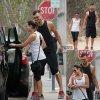 Lea Michele tient par la main son petit ami Matthew Paetz pendant une randonnée à Los Angeles.  (samedi après-midi (2 Août)