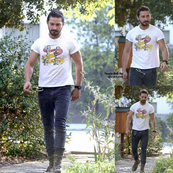 Shia LaBeouf a été aperçu dans les rues de la Californie. Que pensez vous de son look? (vendredi (1 Août) à Sherman Oaks, en Californie )