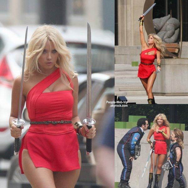 """Ashley Benson a été aperçue à Toronto pendant le tournage de scènes """"Pixels""""  ( Canada, le lundi après-midi (4 Août)."""