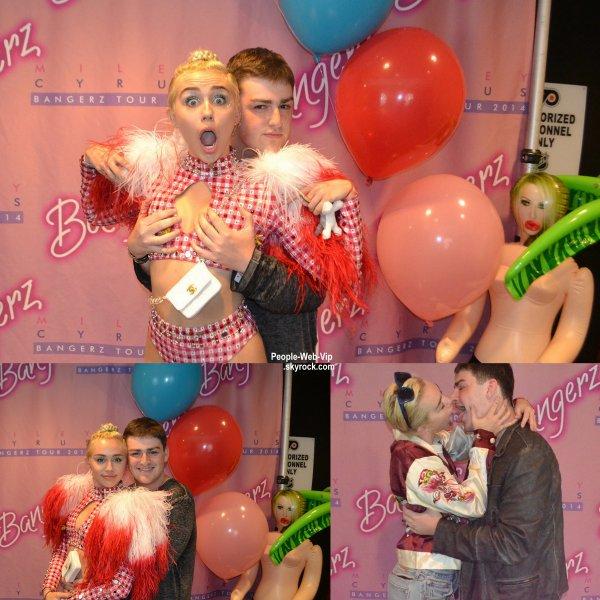 OMG : Un fan dépense plus de 700¤ pour toucher les seins de Miley Cyrus !