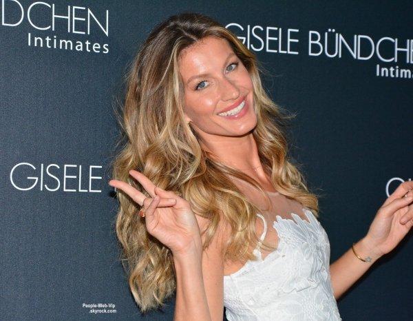 """Gisele Bundchen prend joyeusement la pose dans une robe blanche sexy pendant le lancement de sa marque """"  Gisele Bündchen Intimates"""" (mardi (26 Août) à Sao Paulo, au Brésil. )"""