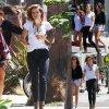 Sophia Bush se pavane avec des amis dans les rues de la Californie. (lundi après-midi (25 Août) à Venise, en Californie.)