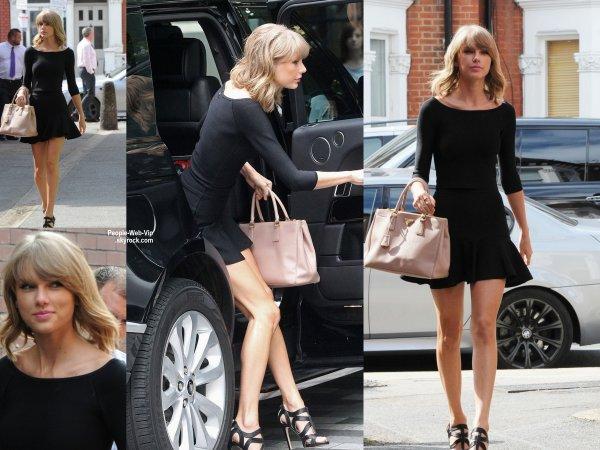 Taylor Swift a été aperçue dans les rues de Londres. On aime sa tenue ? ( mercredi (3 Septembre) à Londres, en Angleterre. )