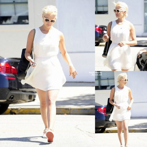 Dianna Agron a été aperçue avec sa nouvelle chevelure blonde platine pendant une virée shopping à Beverly Hills. ( mardi après-midi (Septembre 2) en Californie. )