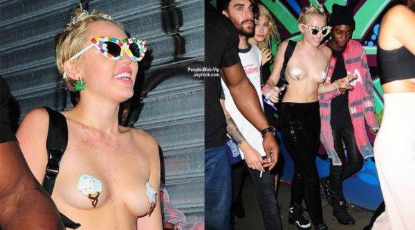 Miley Cyrus s'est rendue à moitié nue à la soirée d'Alexander Wang à la Fashion Week de New York. Les photos :