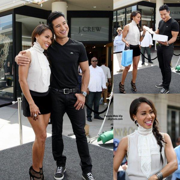 """Jada Pinkett Smith pose avec Mario Lopez après une interview pour l'émission """" Extra """"   ( vendredi (19 Septembre) au centre commercial Westfield Century City à Los Angeles. )"""