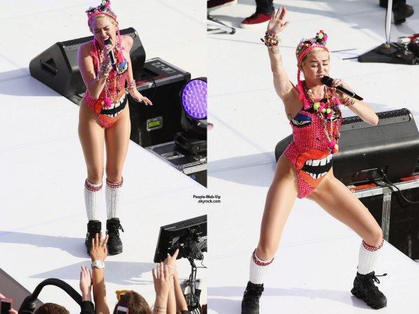 """Miley Cyrus tire la langue pour ses fans en faisant une apparition au """"Sunrise """" à l'Opéra de Sydney. (lundi (13 Octobre) à Sydney, en Australie. )"""