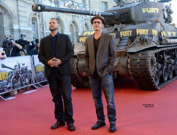 Brad Pitt pose avec ses co-stars pour assister à une séance photo pour leur film Fury  à Paris. L'acteur a été rejoint par Shia LaBeouf, Logan Lerman, Jon Bernthal, Michael Pena, et le réalisateur David Ayer.  (samedi (18 Octobre) à Paris, France. )