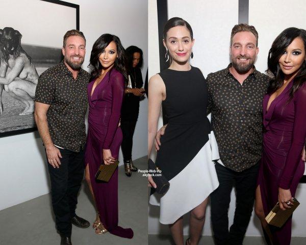 Dianna Agron en arrivant à l'exposition de Brian Bowen Smith hier soir à Los Angeles. L'actrice a été rejoint par Naya Rivera  dans une superbe robe de couleur bordeaux à manches longues. Elle affichait un décolleté très prononcé (à la Galerie De Re jeudi soir (23 Octobre) à West Hollywood, en Californie. )