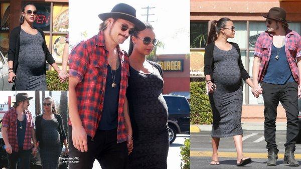 Enceinte de jumeaux, Zoe Saldana a été aperçue dans les rues de la Californie avec son mari Marco Perego. ( dimanche (26 Octobre) à North Hollywood, en Californie. )