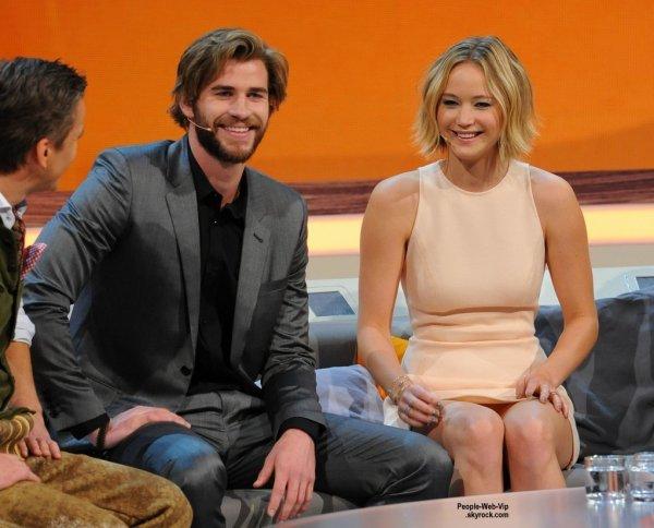 Jennifer Lawrence a fait une apparition sur le show allemand Wetten, dass ..? au Stadthalle. L'actrice de 24 ans a été rejoint par Liam Hemsworth, pour faire la promo de leur film très attendu The Hunger Games: Mockingjay - Partie 1   ( samedi (8 Novembre) à Graz, en Autriche.)