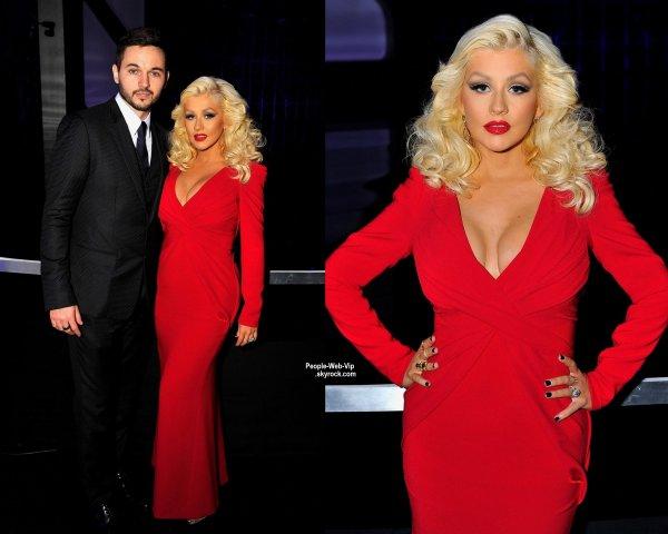 """Environ trois mois après l'accouchement, Christina Aguilera a fait sa première apparition sur le tapis rouge lors de la cérémonie """"2014 Breakthrough Prize Awards Ceremony"""" avec son fiancé Matthew Rutler. ( dimanche soir (9 Novembre) à Mountain View, en Californie.)"""