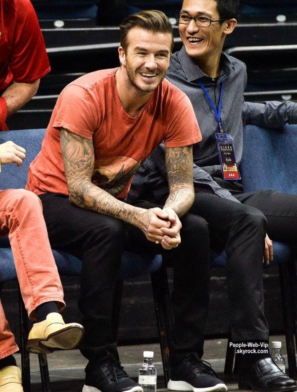 David Beckham est actuellement en Chine. Il a été apercu regardant des jeunes chinois jouent au football lors d'un événement de formation. News : La presse a récemment annoncé que son fils Brooklyn a signé un contrat de football à court terme avec Arsenal. (dimanche (9 Novembre) à Macao, en Chine.)