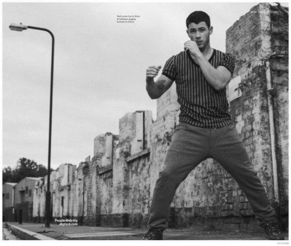 Nick Jonas pose sur la couverture du numéro de Décembre du magazine Attitude. Pour ce photoshoot, tiré par Joseph Sinclair, le chanteur pose avec les marques Dolce & Gabbana, Hugo Boss, Diesel, Dior Homme, Nike, Louis Vuitton et La Perla. Qu'en pensez vous?